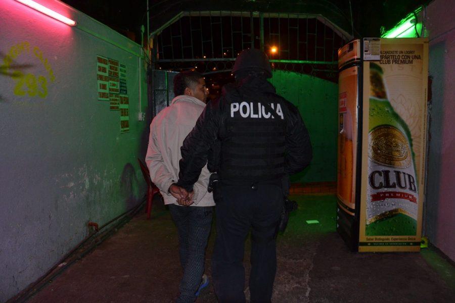 En el lugar detuvieron a siete hombres y tres mujeres.