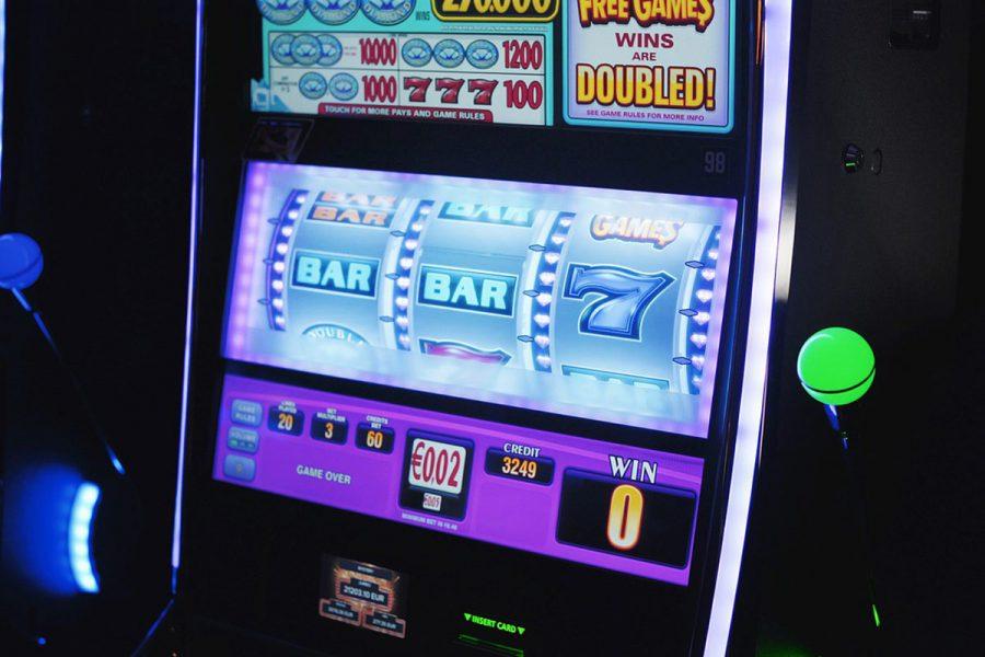 Las máquinas tragamonedas cada vez atraen más apostadores en Carlos Paz.
