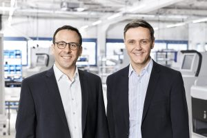 Dominik Seel and Harald Heinz (r.) form the management of HESS Cash Systems.